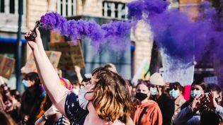 Une femme manifeste pour l'égalité des sexes, lors de la marche du 8 mars 2021 à Toulouse (Haute-Garonne). (LILIAN CAZABET / HANS LUCAS / AFP)