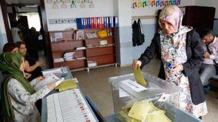 (Les Turcs votent dimanche pour élire leurs députés dans un scrutin déterminant pour l'avenir du président Recep Tayyip Erdogan, qui espère une large victoire de son parti pour renforcer son emprise contestée sur le pays © REUTERS/Murad Sezer)
