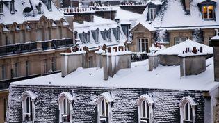 Les toits des immeubles haussmanniens couverts par la neige, à Paris, mercredi 7 février 2018. (MAXPPP)