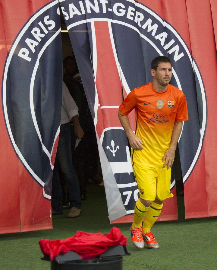 Le joueur vedette du FC Barcelone, Lionel Messi, sort du couloir du Parc des Princes lors du match amical PSG-Barcelone, le 4 août 2012. (CITIZENSIDE.COM / AFP)