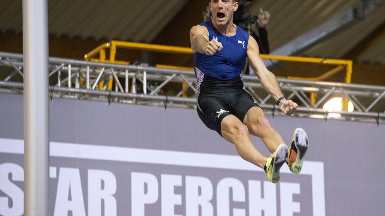 Le perchiste français Renaud Lavillenie après avoir passé une barre à 6,06 m au All Star Perche à Aubière (Puy-de-Dôme), le 27 février 2021. (THIERRY ZOCCOLAN / AFP)