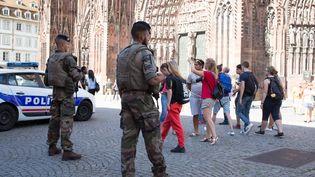 Des soldats patrouillent devant la cathédrale Notre-Dame-de-Paris, le 26 juillet 2016. (CLAUDE  TRUONG-NGOC / CITIZENSIDE / AFP)