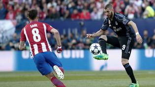 Saul Niguez,de l'Atletico Madrid, et Karim Benzema, du Real Madrid, s'affrontent en demi-finale de la Ligue des champions, à Madrid le 10 mai 2017. (BURAK AKBULUT / ANADOLU AGENCY / AFP)