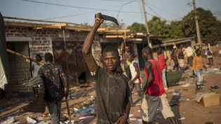 Un habitant deBangui (Centrafrique) brandit une machette,le 10 décembre 2013. (FRED DUFOUR / AFP)