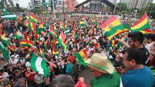 Des citoyens dans les rues de Santa Cruz, en Bolivie, célèbrent la démission du président Evo Morales, le 10 novembre 2019. (DANIEL WALKER / AFP)