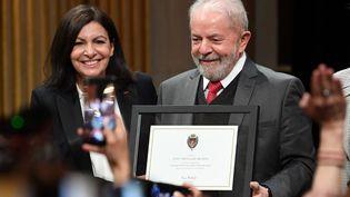Anne Hidalgo, la maire socialiste de Paris, et l'ancien président brésilien Lula, à Paris, le 2 mars 2020. (ALAIN JOCARD / AFP)