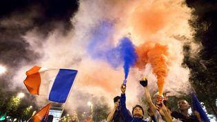 Des supporters français fêtent la victoire contre l'Allemagne, le 7 juillet 2016 à Paris. (GEOFFROY VAN DER HASSELT / AFP)