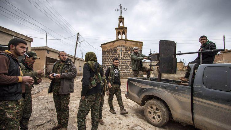 Des combattants kurdes en position dans le village assyrien de Tel Jumaa, le 25 février 2015, dans la province d'Hassaké (Syrie). (RODI SAID / REUTERS)