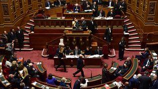 Un vote se déroule au Sénat, à Paris, le 2 octobre 2017. (CHRISTOPHE ARCHAMBAULT / AFP)