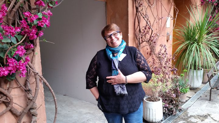 Isabelle May, 53 ans, a appris qu'elle était atteinte de la maladie de Parkinson à 48 ans. (BRUNO ROUGIER / FRANCEINFO)