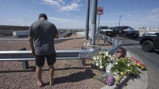 Des habitants viennent déposer des bougies après la fusillade survenue à El Paso (Texas), le 3 août 2019. (MARK RALSTON / AFP)