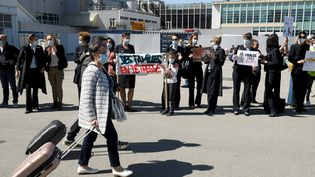 Des membres du personnel d'Air France en grève devant l'aéroport de Marseille (Bouches-du-Rhône), le 28 mars 2021. (NICOLAS TUCAT / AFP)