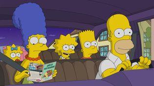 """La famille Simpson en voiture du dessin animé """"Les Simpson"""". (FR_TMDB)"""