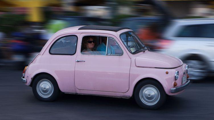 Une Fiat 500 rose à Naples en 2006  (Purcell-Holmes / Robert Harding Heritage / robertharding / AFP)