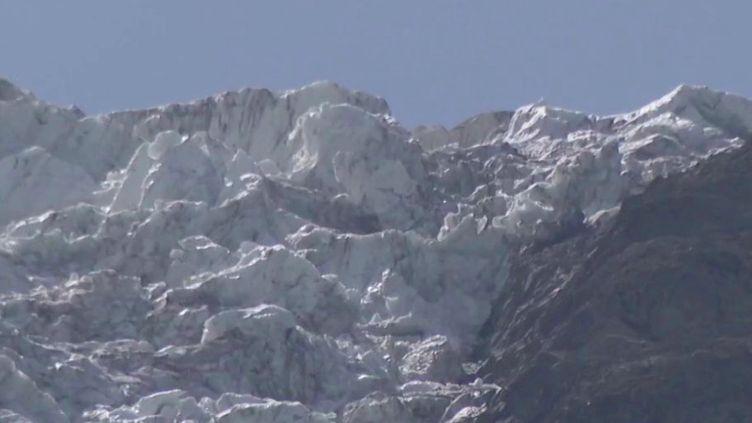 Des Unes de journaux datant des années 60 ont été découvertes au pied des glaciers des Bossons dans le massif du Mont-Blanc.Il s'agit de nouvelles reliques du crash de 1966 de l'avion Air India, enfermées depuis près de 60 ans dans la glace. (France 3)