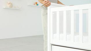 Installation d'un lit de bébé. Photo d'illustration. (ALE VENTURA / MAXPPP)