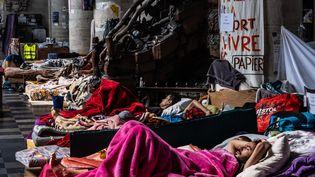 Plusieurs sans-papiers installés dans l'église du Béguinage, où ils sont en grève de la faim, à Bruxelles (Belgique), le 19 juillet 2021. (VIRGINIE NGUYEN HOANG / HANS LUCAS / AFP)