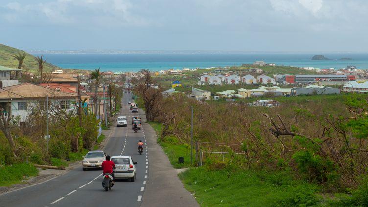 La route vers Grand Case, sur l'île de Saint-Martin, le 27 septembre 2017. (HELENE VALENZUELA / AFP)
