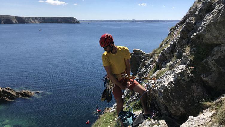 En Bretagne, sur la Dalle des débutants, une falaise qui tombe dans l'océan à Pen-Hir, les grimpeurs retrouvent leurs sensations, après deux mois de confinement . (JÉRÔME VAL / RADIO FRANCE)