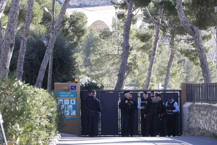 Des gendarmes gardent, le 31 janvier 2020, l'entrée du centre Vacanciel à Carry-le-Rouet (Bouches-du-Rhône), d'où les rapatriés n'ont pas le droit de sortir, et où ils ne peuvent pas recevoir de visites. (MAXPPP)