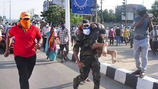 Des blessés sont évacués àVisakhapatnam(Inde), le 7 mai 2020, après une fuite de gaz dans une usine. (AFP)