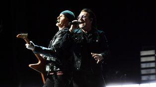 The Edge et Bono, le guitariste et le chanteur de U2, sur scène à Belfast (Irlande du Nord) le 27 octobre 2018. (CHARLES MCQUILLAN / GETTY IMAGES EUROPE)