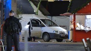 La police sur le marché de Noël de Nantes (Loire-Atlantique) après une attaque menée avec une camionnette, le 22 décembre 2014. (GEORGES GOBET / AFP)