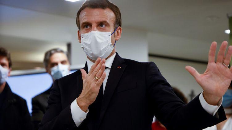 Le président de la République Emmanuel Macron durant un déplacement au siège d'un Phoneton qui recueille des fonds au profit des populations en Arménie et au Haut Karabakh, samedi 21 novembre 2020 à Paris. (LUDOVIC MARIN / AFP)