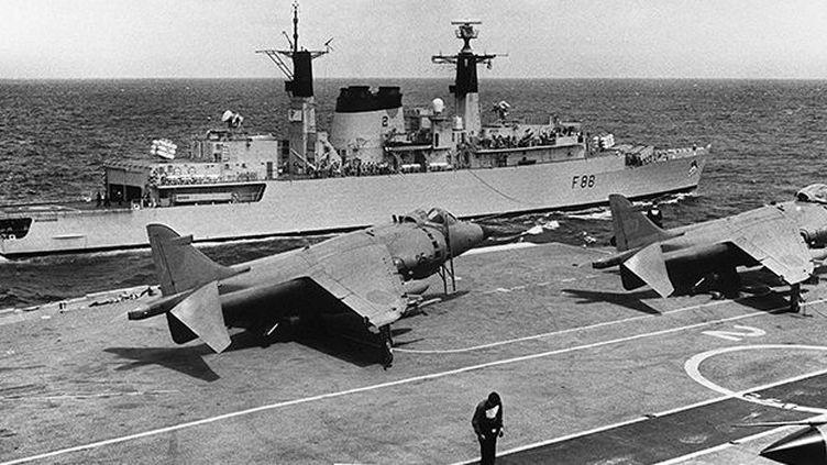 Avions de combat britanniques stationnés sur le pont de l'Invincible,au milieu de l'Atlantique, le 20 avril 1982 durant la guerre des Malouines. (AFP/STF-UPI)