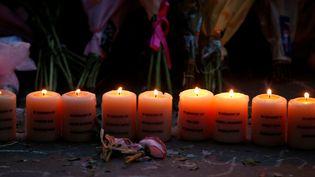 Des bougies allumées en hommage aux victimes de l'attentat, lors du premier anniversaire de l'attaque meurtrière, le 22 mai 2018 à Manchester au Royaume-Uni. (ANDREW YATES / REUTERS)