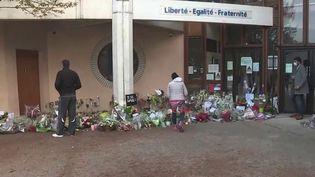 Le 16 octobre 2020, Samuel Paty a été assassiné à la sortie du collège dans lequel il enseignait à Conflans-Sainte-Honorine (Yvelines), victime d'un jeune islamiste. Ses collègues témoignent de leur sidération et de leur incompréhension. (CAPTURE ECRAN FRANCE 2)