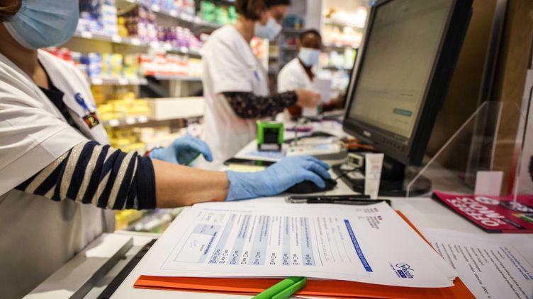 Une pharmacie parisienne, le 13 mars 2021. (MAXPPP)