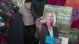 Malgré le renoncement de Benjamin Griveaux dans la course à la mairie de Paris, les militants de La République en marche continuent à arpenter les marchés parisiens pour convaincre les électeurs. (FRANCE 2)