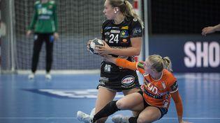 Emma Jacques, le 18 septembre 2021 face au Danemark en Ligue des champions féminine de handball. (TIM K. JENSEN / RITZAU SCANPIX / MAXPPP)