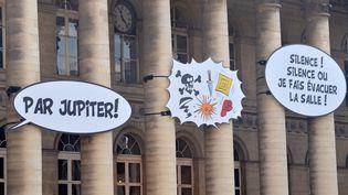 Des bulles d'Astérix sur le fronton de l'Assemblée nationale, le 28 octobre 2009. (MIGUEL MEDINA / AFP)