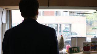 """Nicolas, salarié et ancien """"enquêteur"""" de L214, dans les locaux de l'association à Lyon, le 8 avril 2016. (BENOIT ZAGDOUN / FRANCETV INFO)"""