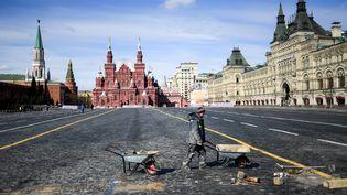 """""""La place rouge était vide..."""", chantait Gilbert Bécaud. Ce 1er avril 2020, pas de Nathalie ni de guide à l'horizon. La ville de Moscou (Russie) fait appliquer de strictes mesures de confinement. (KIRILL KUDRYAVTSEV / AFP)"""