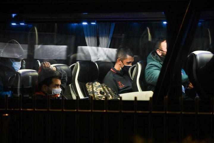Les joueurs du club turc deBasaksehir dans le bus qui les ramène à l'hôtel, le 8 décembre 2020 à Paris. (FRANCK FIFE / AFP)