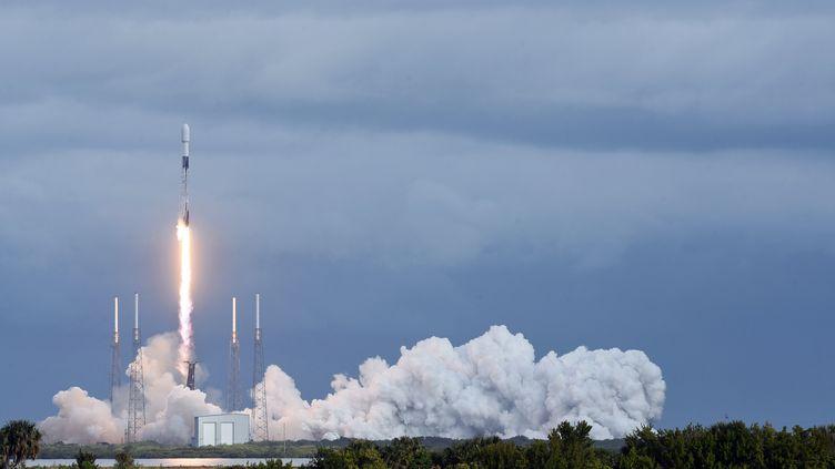 Une fusée Falcon 9 de la société SpaceX, le 24 janvier 2021 à Cap Canaveral (Etats-Unis). (PAUL HENNESSY / NURPHOTO / AFP)