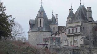 Pourquoi le château de La Rochepot est-il fermé depuis plusieurs années ? Grâce à son enquête, France Télévisions a remonté la piste d'un châtelain ukrainien déclaré mort,puisressuscité en France. (France 3)