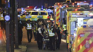 Evacuation d'un blessé après une attaque terroriste sur le London Bridge à Londres (Royaume-Uni), le 3 juin 2017. (DANIEL SORABJI / AFP)