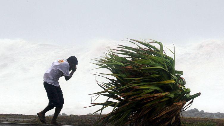 Alerte rouge à La Réunion au passage du cyclone Dumile, à l'ouest de l'île,le 3 décembre 2013. (RICHARD BOUHET / AFP)