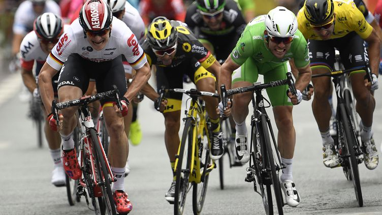 Mark Cavendish (en vert) à la lutte avec André Greipel (en blanc), Bryan Coquard (en noir) et Peter Sagan (en jaune).  (LIONEL BONAVENTURE / AFP)