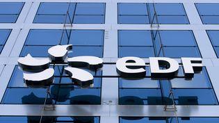 Le logo d'EDF sur la façade du siège du groupe, à Paris, le 15 février 2019. (ALAIN JOCARD / AFP)