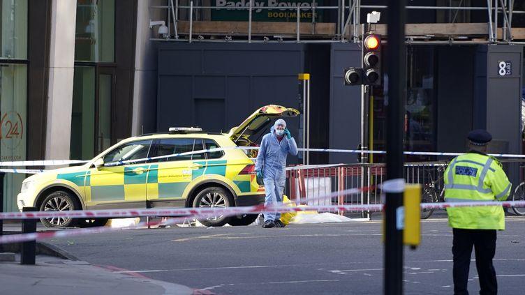 Un policier près du London bridge, le 30 novembre 2019, où a eu lieu une attaque terroriste la veille. (NIKLAS HALLE'N / AFP)