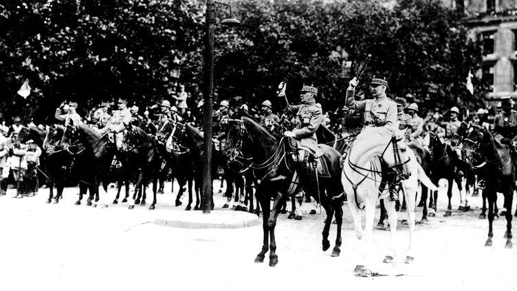Le défilé de la victoire, le 14 juillet 1919, à Paris. Au centre, sur un cheval noir, le maréchal Foch. A ses côtés, sur un cheval blanc, le maréchal Pétain. (PHOTO 12 / ARCHIVES SNARK)