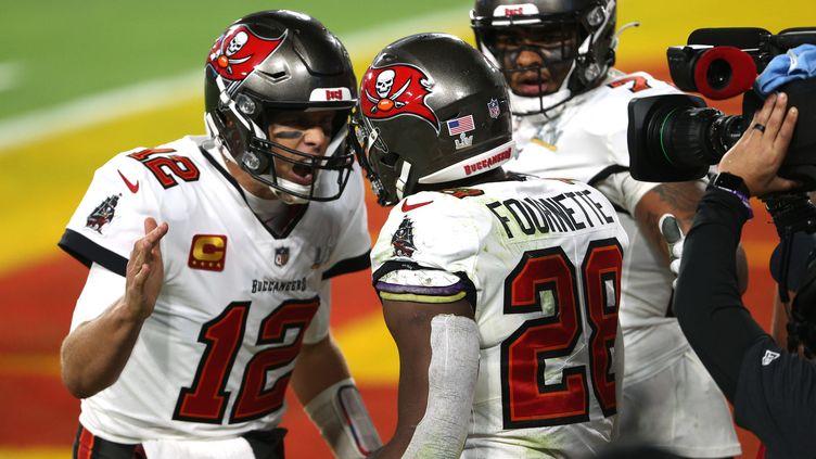 Le légendaire quarterback Tom Brady célèbre le touchdown de Leonard Fournette (Tampa Bay Buccaneers) lors du Super Bowl 2021 (PATRICK SMITH / GETTY IMAGES NORTH AMERICA)
