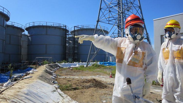 Le ministre de l'Industrie japonais (casque rouge), lors d'une visite de la centrale deFukushima (Japon), le 26 août 2013. (TEPCO / AFP)