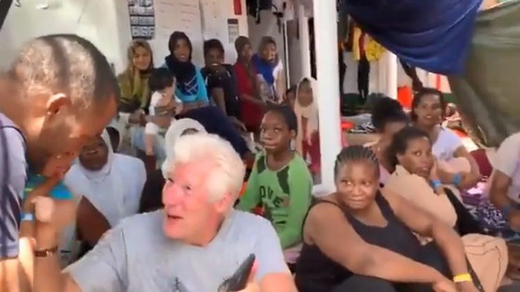 """L'acteur Richard Gereaux côtés des migrants, sur le pont dunavire """"Open Arms"""", le 9 août 2019, au large de Lampedusa (Italie). (CAPTURE TWITTER OPEN ARMS)"""