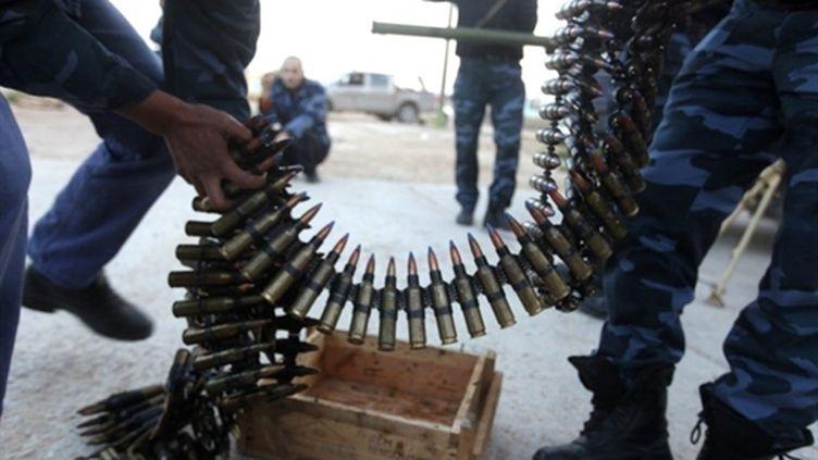 Des membres des forces rebelles libyennes manipulent des munitions (AFP/PATRICK BAZ)